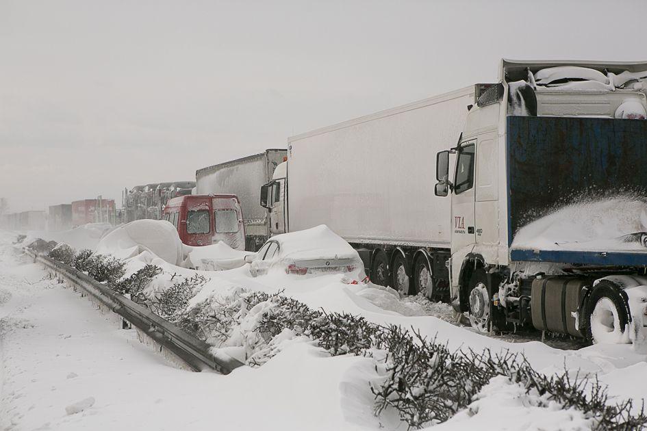 Helyenként a hófúvás a kiásott gépkocsikat is visszatemeti